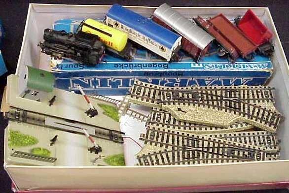 16: HO GERMAN TRAIN SET & TRACKS