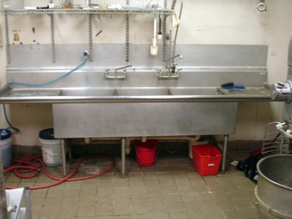 COMMERCIAL STAINLESS STEEL 3 COMPARTMENT BAY SINK : Lot 10074