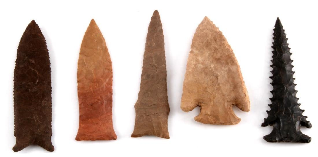 SMALL LOT OF 5 ARROWHEAD POINTS SERRATED STEMMED