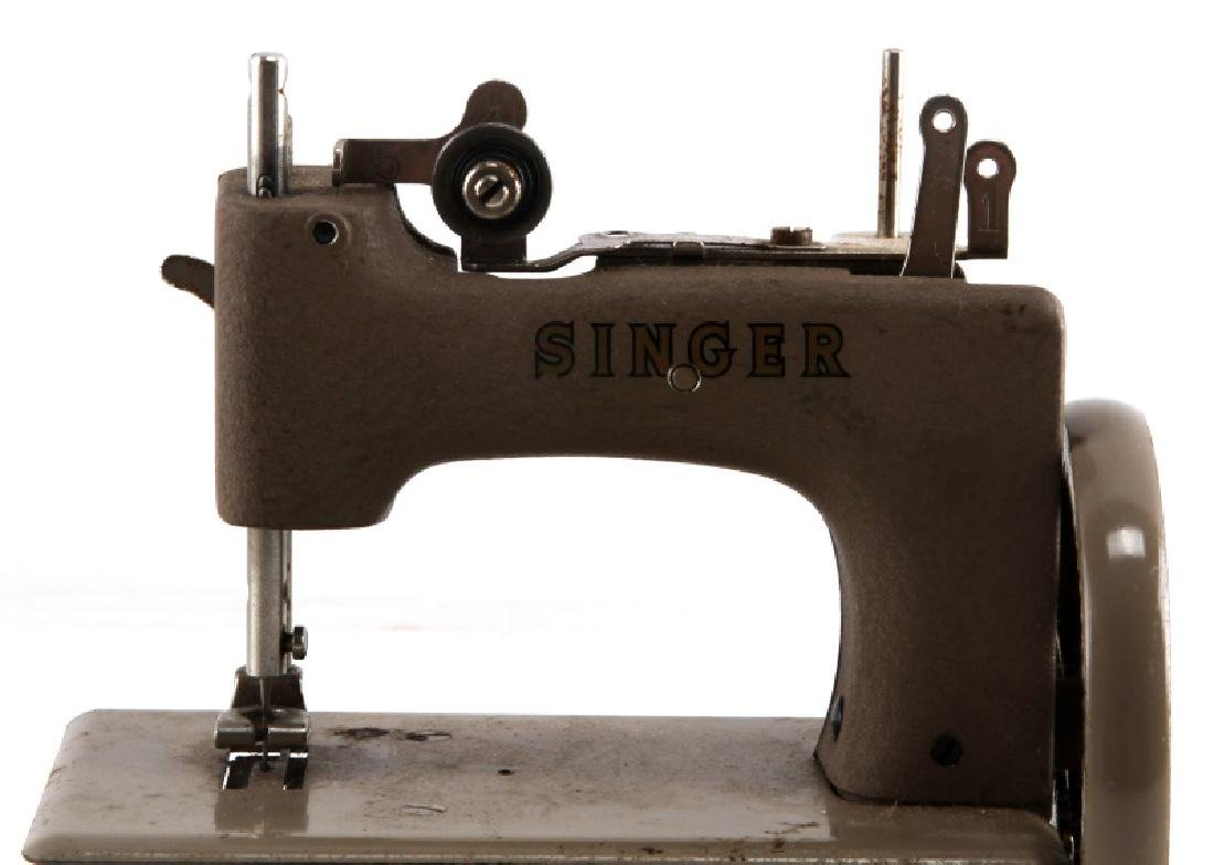 VINTAGE CHILDS TOY SINGER SEWING MACHINE - 2