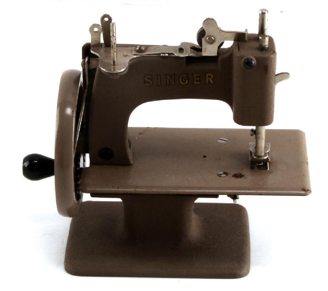 VINTAGE CHILDS TOY SINGER SEWING MACHINE - 4