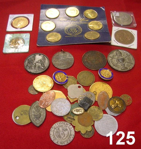 10125: PARA NUMISMATIC LOT OF RELIGIOUS MEDALS, TOKENS,