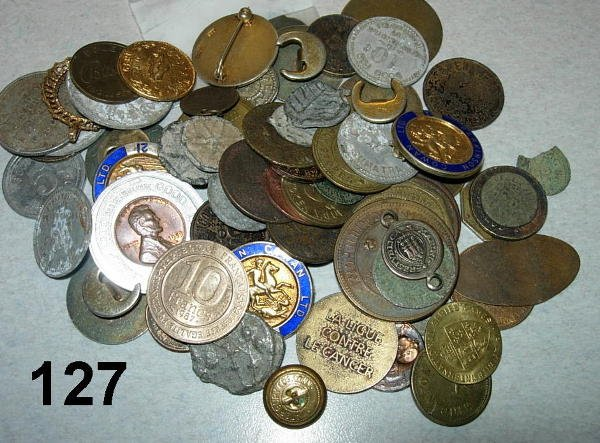 10127: PARA NUMISMATIC LOT OF RELIGIOUS MEDALS, TOKENS,