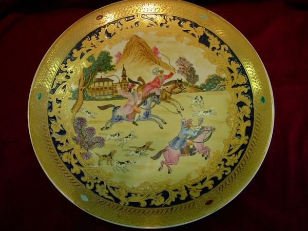 92416: HAND PAINTED FOX HUNTING PORCELAIN CHARGER W GOL