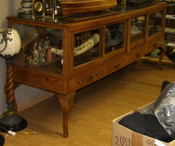 ANTIQUE OAK SHOW CASE WITH BEVELED GLASS TOP