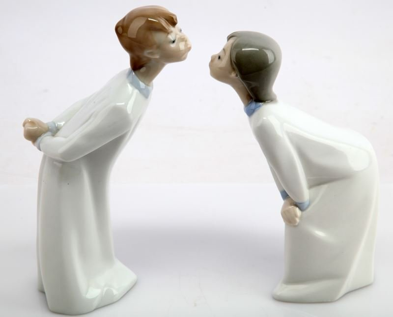 LLADRO FIGURES YOUNG BOY AND GIRL KISSING