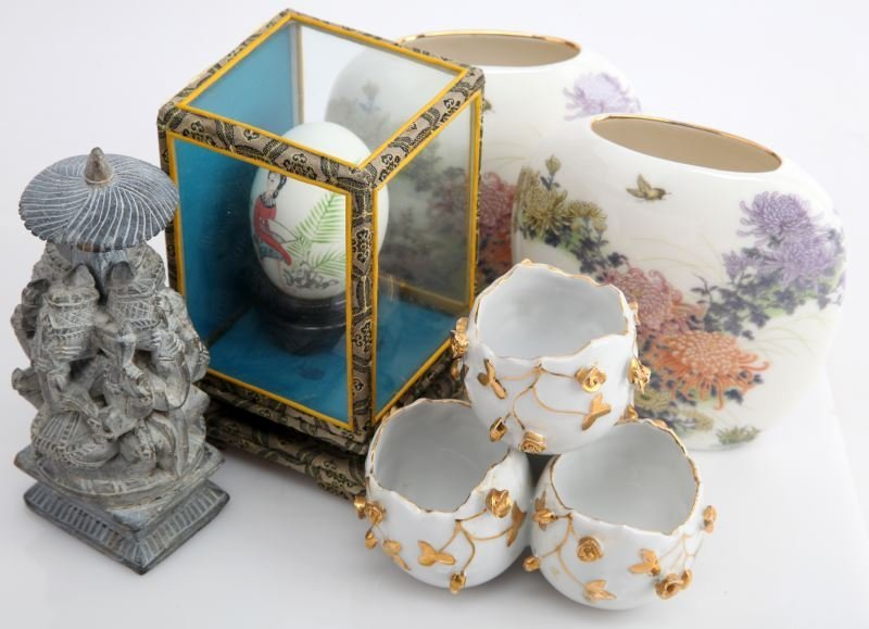 MIXED GROUP OF SMALL DECORATIVE ORIENTAL ITEMS