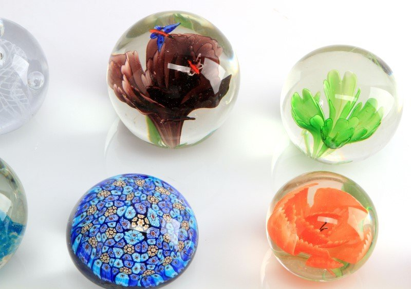 LOT OF NINETEEN GLASS AND LUCITE PAPERWEIGHTS - 2