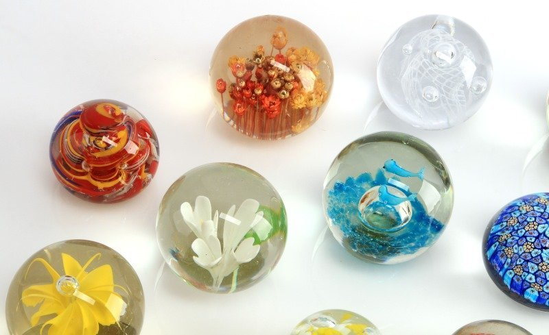 LOT OF NINETEEN GLASS AND LUCITE PAPERWEIGHTS - 3