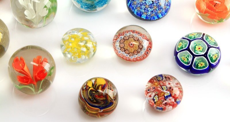 LOT OF NINETEEN GLASS AND LUCITE PAPERWEIGHTS - 4