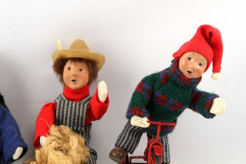LOT OF FOUR BYERS CHOICE THE CAROLERS CHILDREN - 2