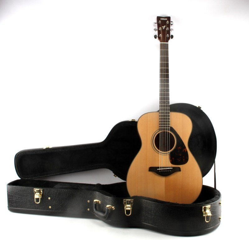 YAMAHA FS700S ACOUSTIC GUITAR WITH HARD CASE