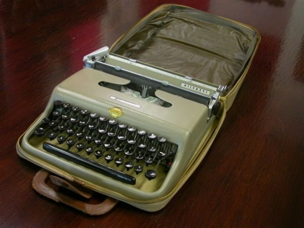 10015: VINTAGE OLIVETTI  LETTERA 22 WITH CASE