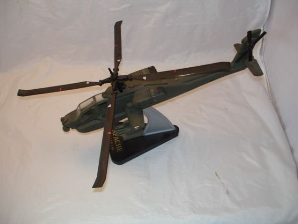 12: APACHE HELICOPTER MODEL OF PLASTIC 1:40 SCALE