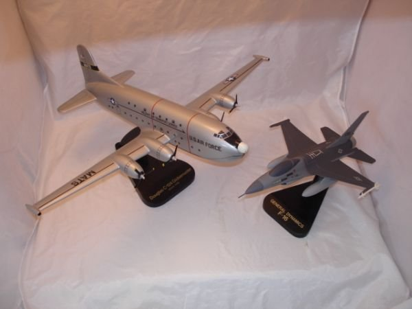 15: MODEL AIRPLANE F-16 C-124 LOT OF 3 PLANES ON STANDS