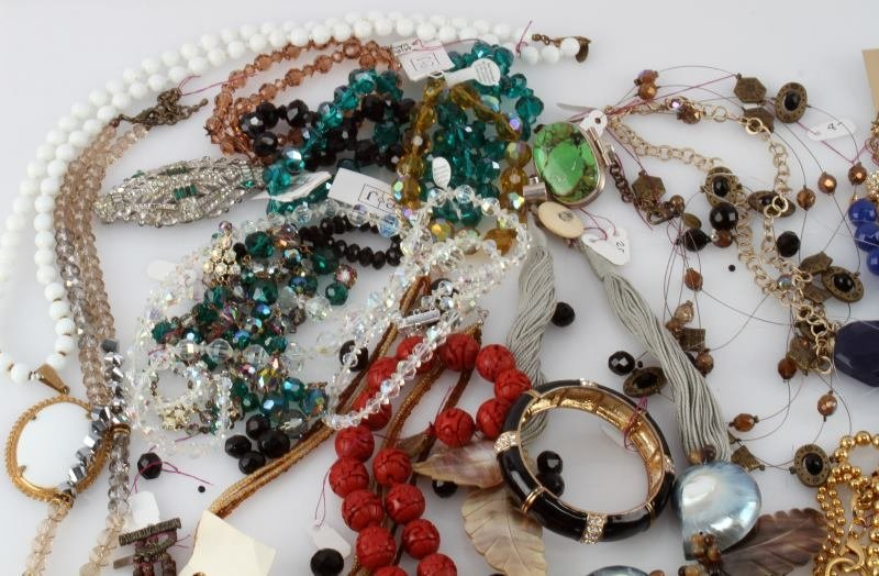 DEALERS LOT OF 5.8 POUND COSTUME JEWELRY - 2