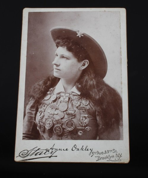 SIGNED ANNIE OAKLEY CABINET PHOTOGRAPH 1890S