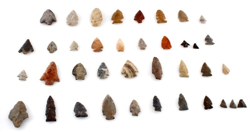 GROUP OF WOODLAND TO ARCHAIC ARROWHEAD POINTS