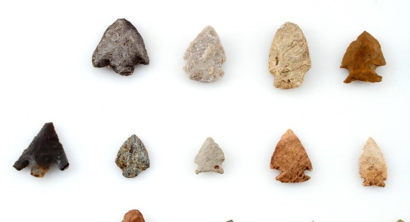 GROUP OF WOODLAND TO ARCHAIC ARROWHEAD POINTS - 2