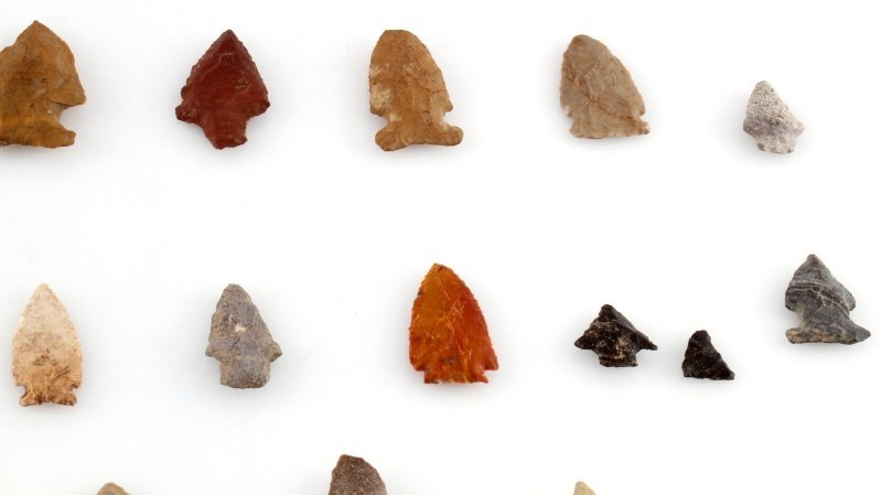 GROUP OF WOODLAND TO ARCHAIC ARROWHEAD POINTS - 3