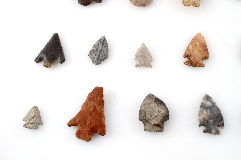 GROUP OF WOODLAND TO ARCHAIC ARROWHEAD POINTS - 6