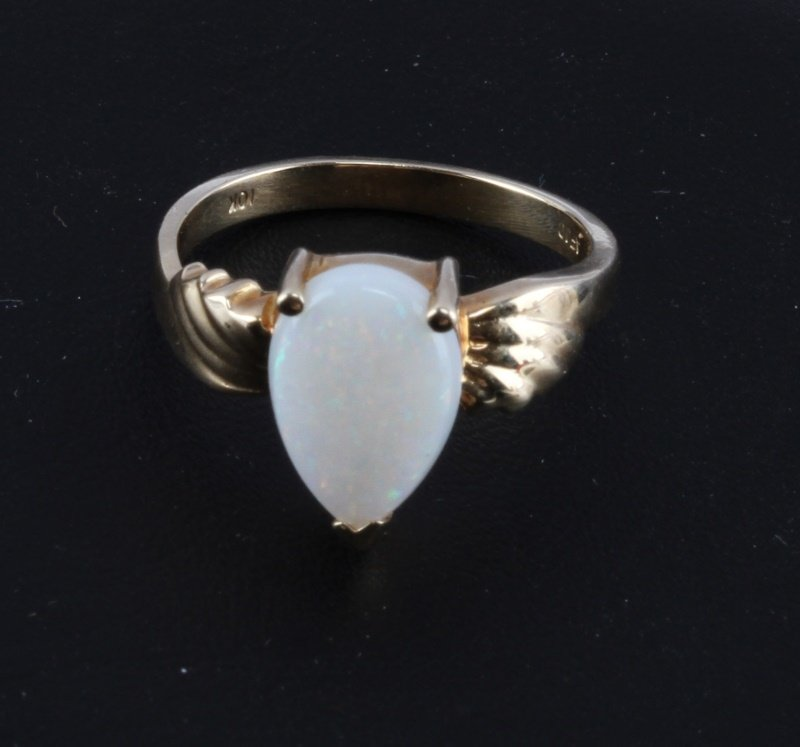 10 KT YELLOW GOLD RING WITH OPAL STONE