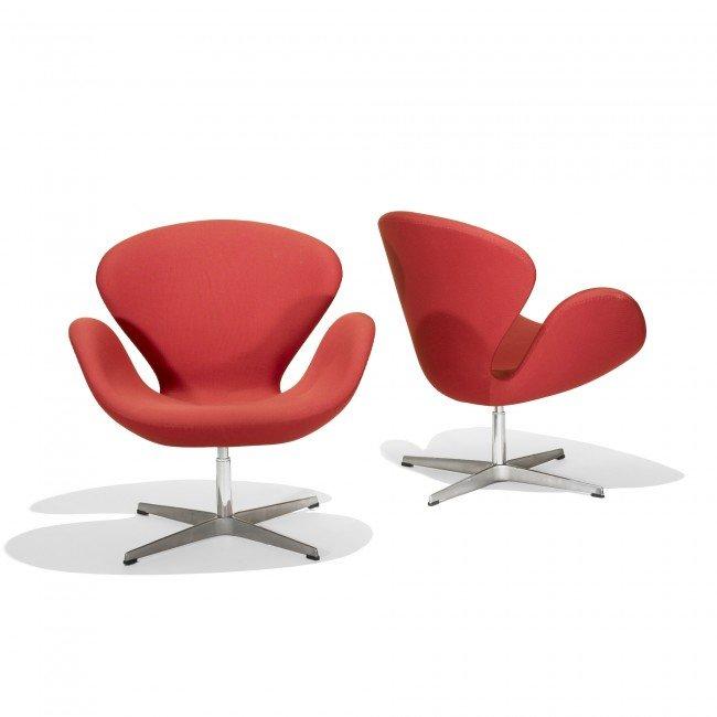 375: Arne Jacobsen Swan chairs, pair