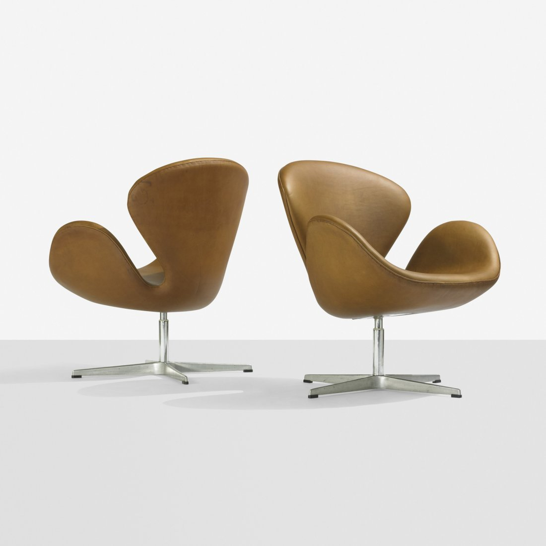 207: Arne Jacobsen Swan chairs, par