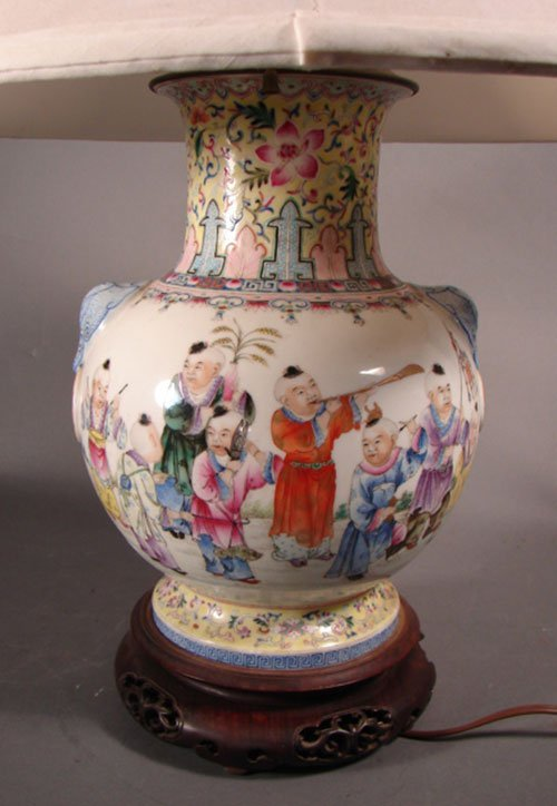 1323: Oriental vase form table lamp with scenic figural