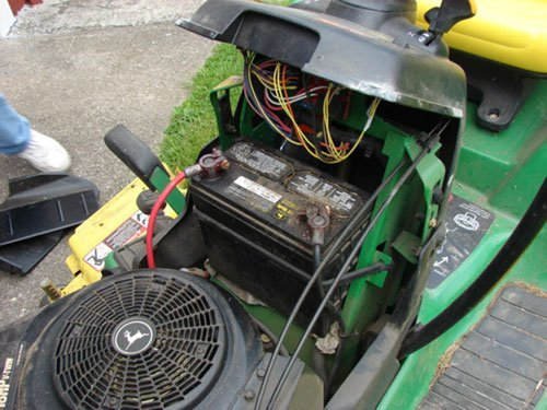"125A: John Deere GT 235 Lawn Tractor with 54"" mowing de - 4"