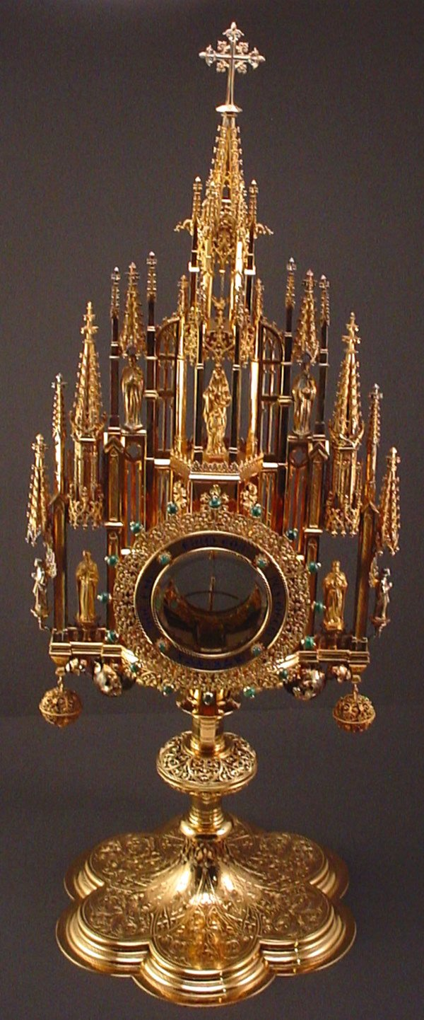 1008: Gothic style Monstrance and Luna visually identif