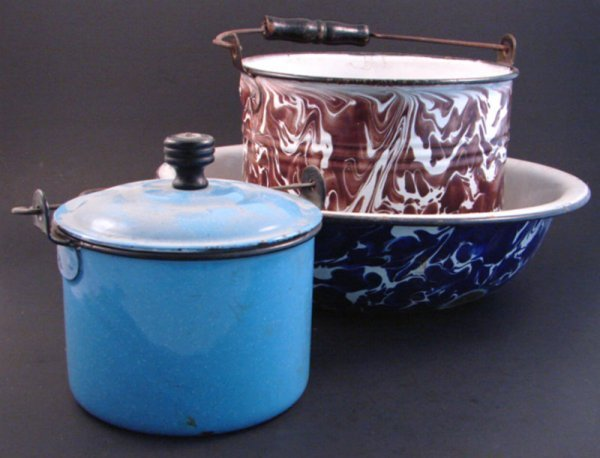 7021: Three pieces Enamelware including blue bucket wit