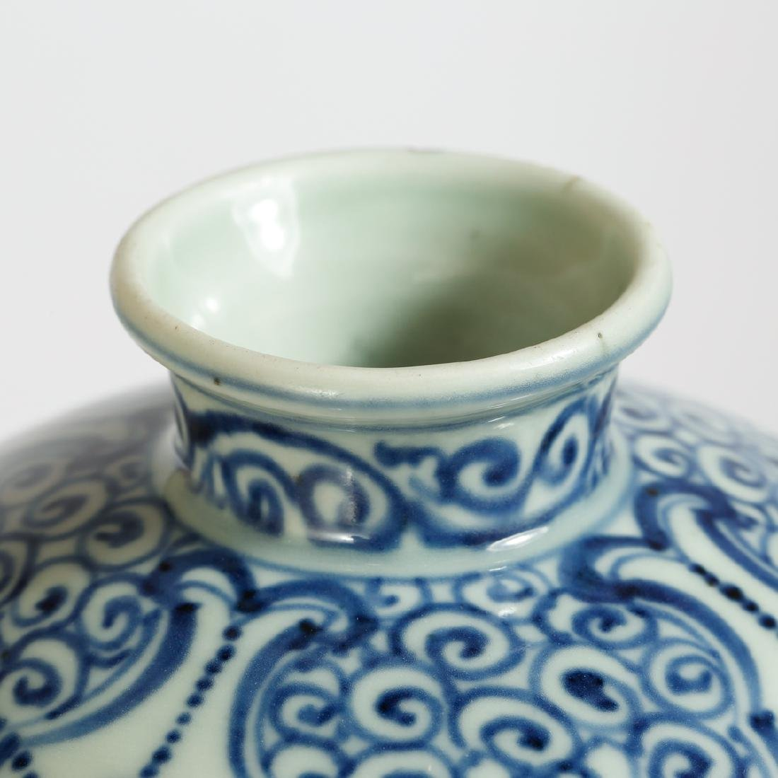 CHINESE BLUE AND WHITE VASE - 4