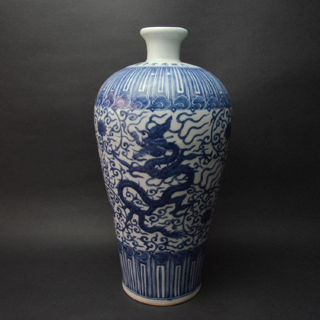 CHINESE BLUE AND WHITE PORCELAIN DRAGON VASE