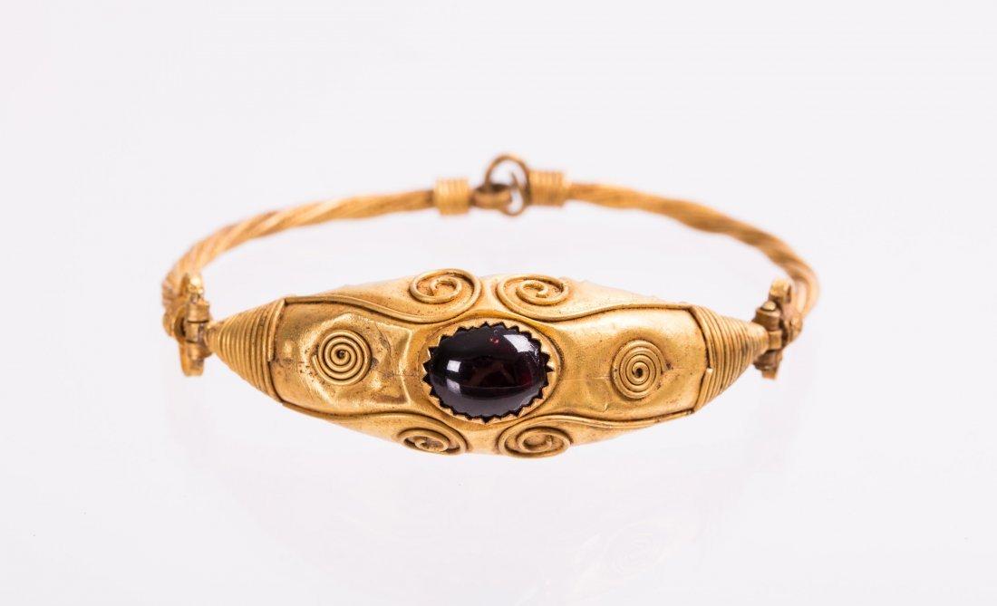 ROMAN ISLAMIC GOLD BANGLE WITH GARNET