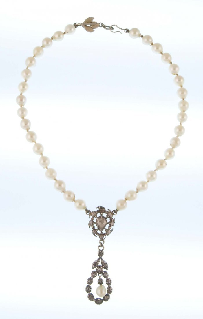 An early 1900s pearl necklace with a pedant