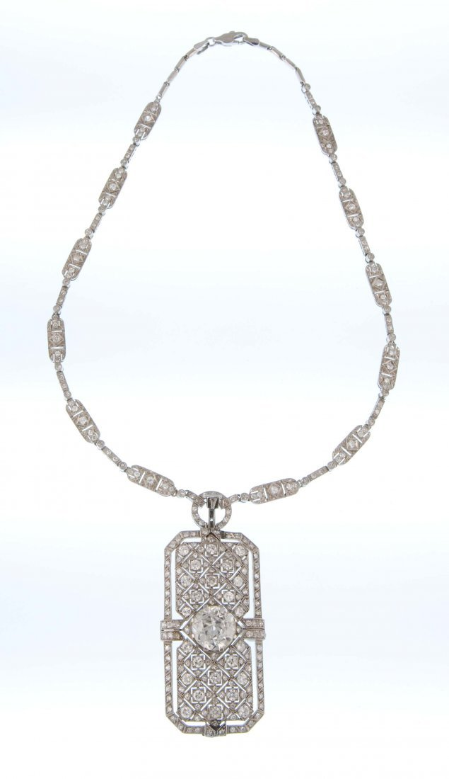 A 1930s necklace with a pedant
