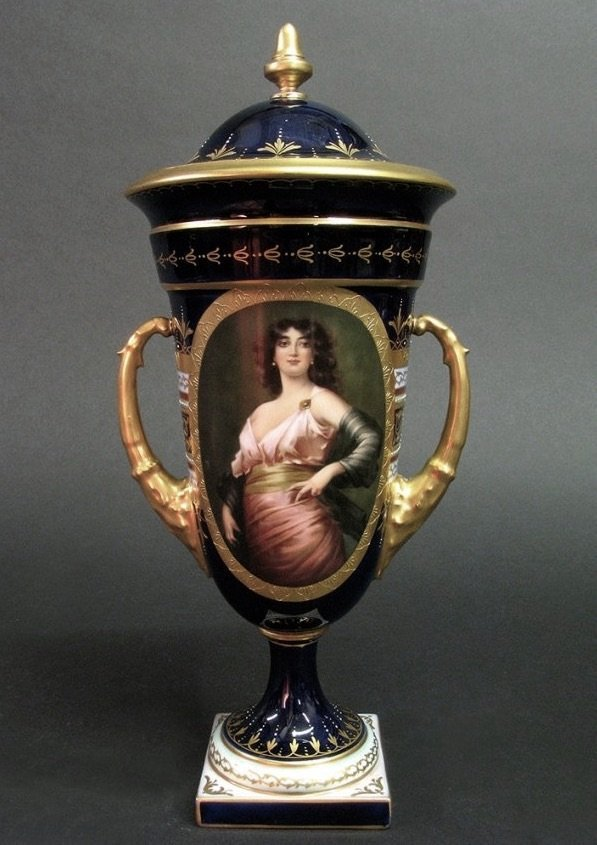 19TH CENTURY ROYAL VIENNA VASE AND COVER