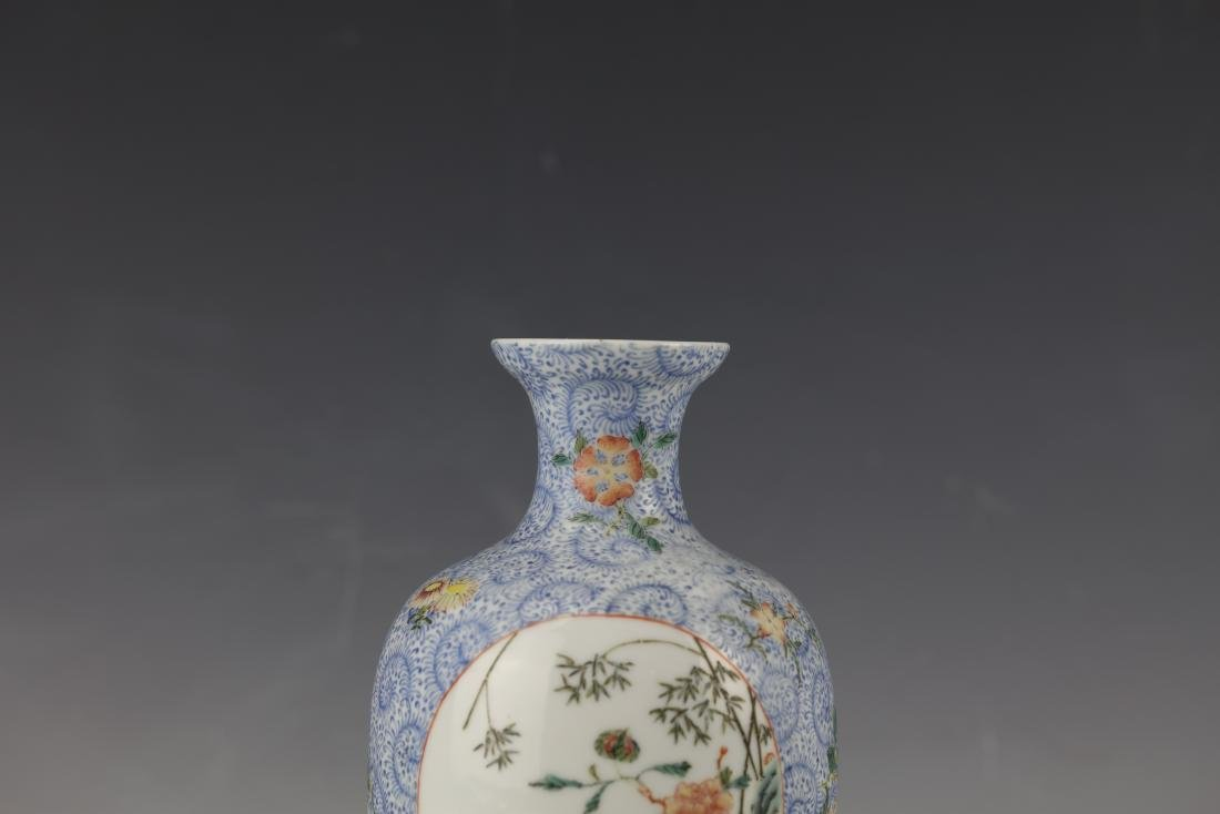 A Chinese Famille Rose Porcelain Vase With Qianlong - 7