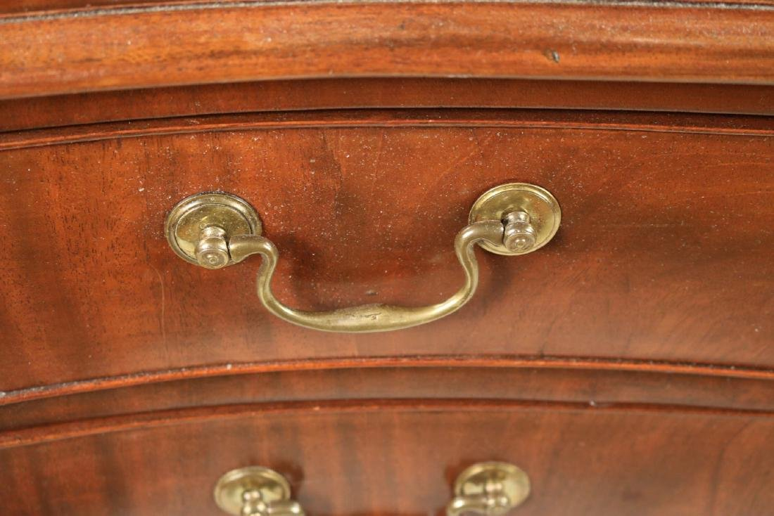 George III Mahogany Serpentine Chest of Drawers - 3