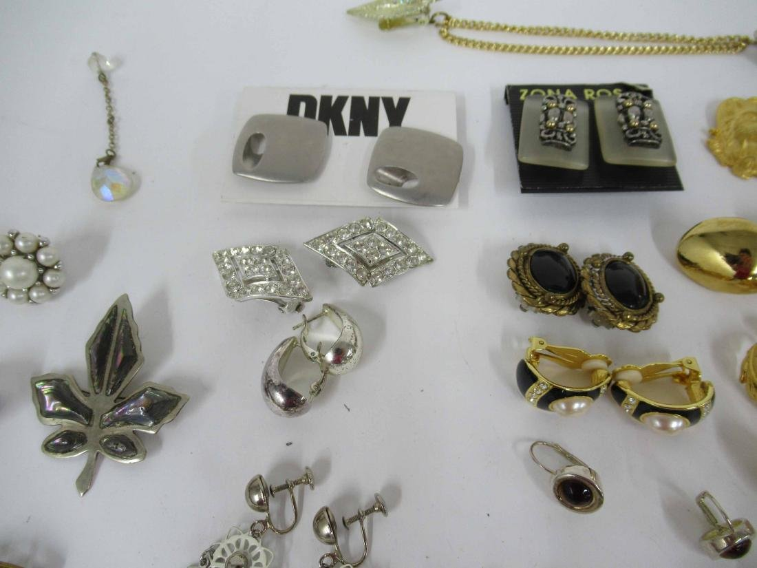 Group of assorted costume jewelry - 9