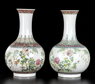 A PAIR OF PORCELAIN BOTTLE VASES WITH POLYCHROME
