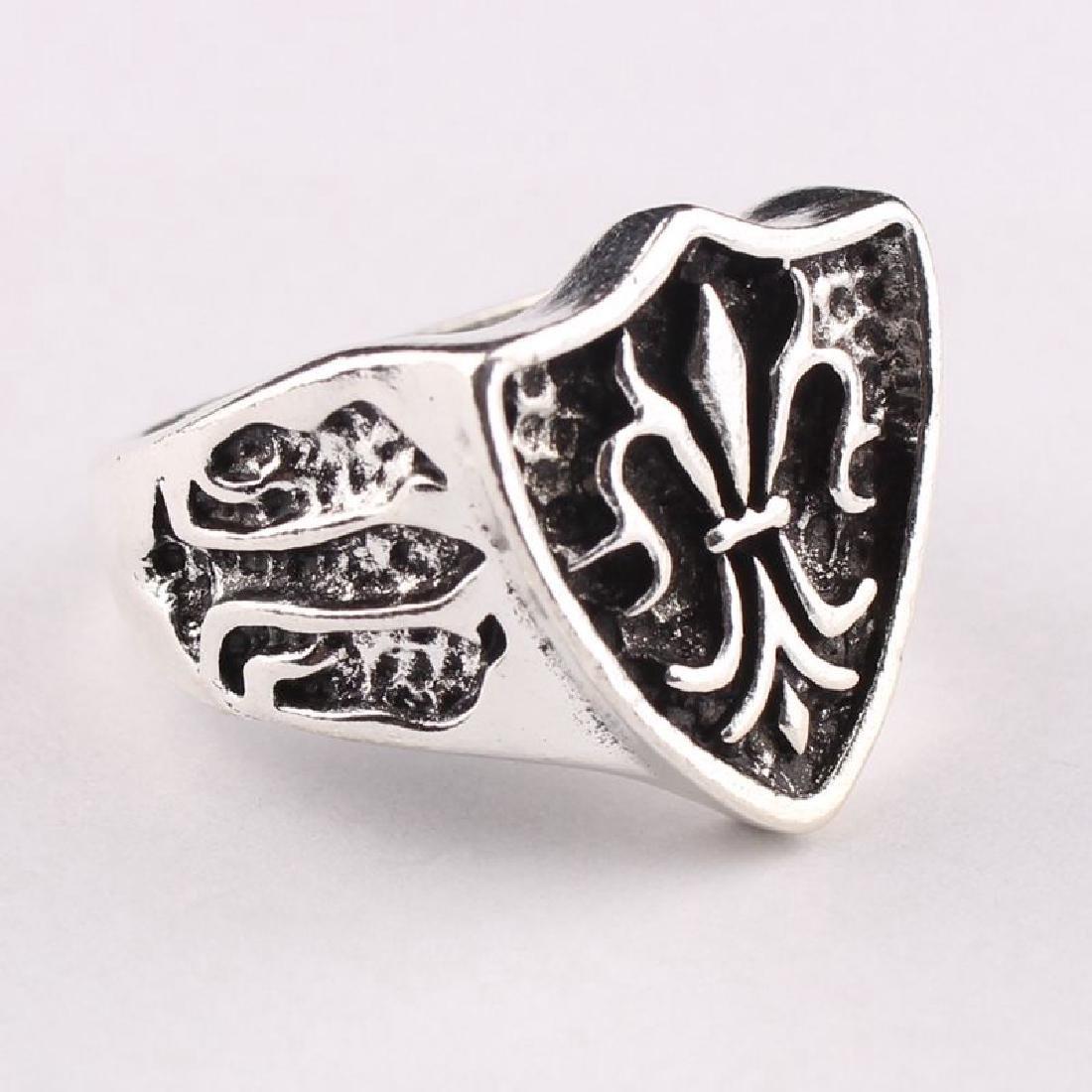 Flour  de Lis carving silver ring. Size: 7