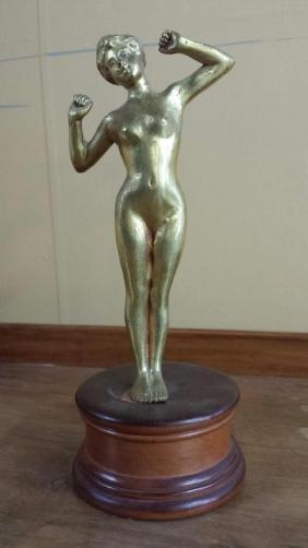 Statuette femme nue en bronze doré sur socle en bois.