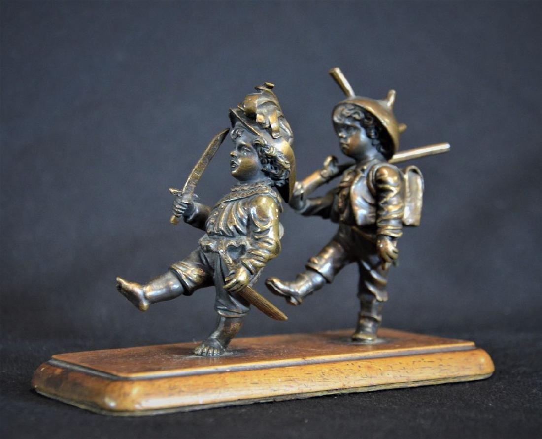 Bronze représentant deux petits garçons marchant au