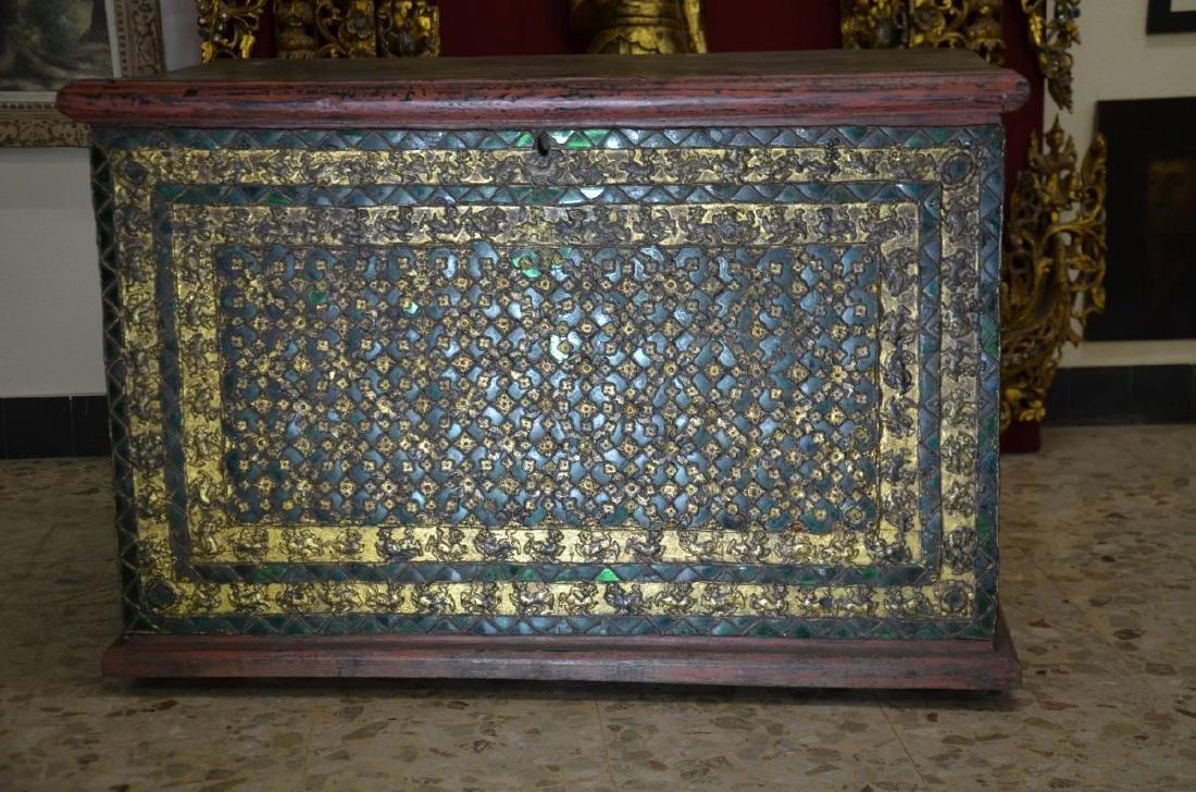 Très beau coffre tibétain, peint en vert et doré,