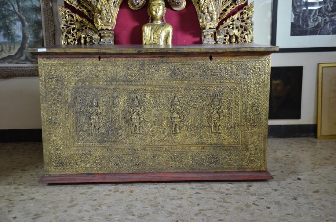 Bahut asiatique, bois doré sculpté sur 3 côtés. H: