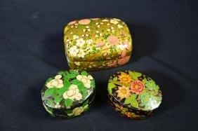 3 anciennes boîtes russes laquées, motifs floraux.