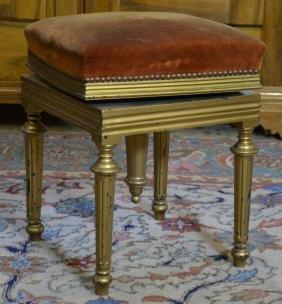 Siège rembourré, style Louis XVI, bois peint doré.