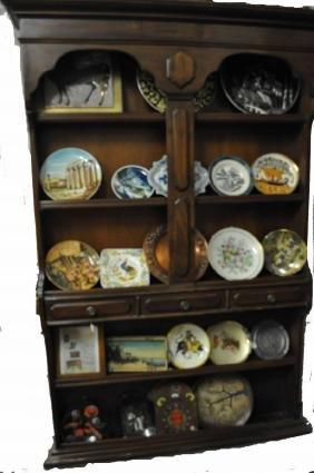 Meuble en bois pour exposition avec diverses articles